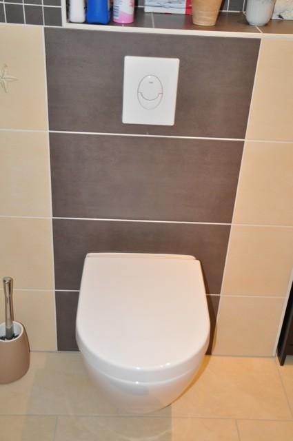 Helle und dunkle Wandfliesen fürs WC