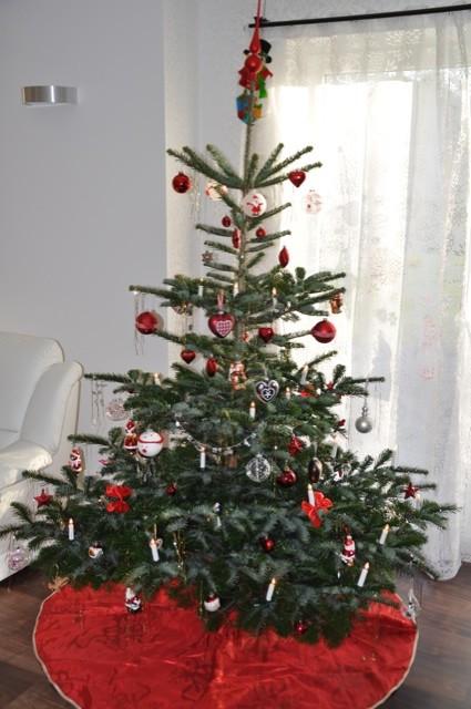 Weihnachtsbaum mit Christbaumschmuck in der Wohnstube