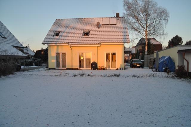 Nach dem Hausbau kommt der Winter - neues Haus im Schnee