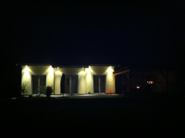 Haus von Aussen - Beleuchtung der Fassade durch Spots im Dachkasten