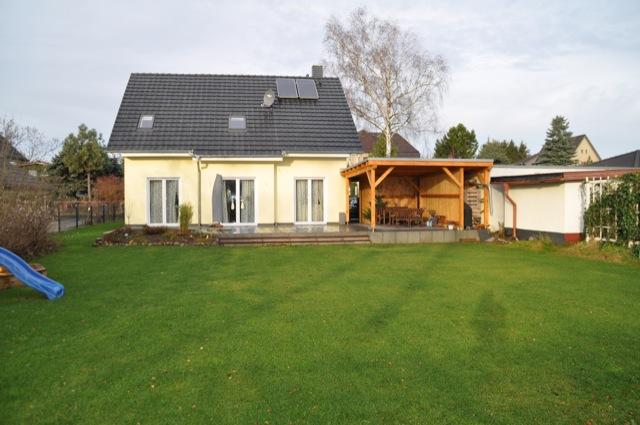 Die aktuelle Asicht des Haus von der Grundstücksseite / Gartenseite