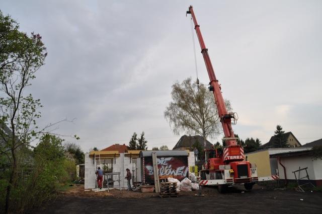 Das Haus steht schon fast - Baukran bringt die Filigrandecke