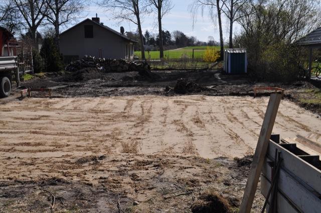 Erde für Bodenplatte wird verdichtet