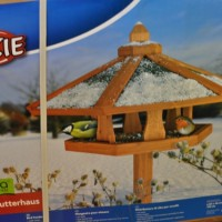 Winter-Fütterungszeit: Vogelhaus / Futterhaus für Garten und Terrasse