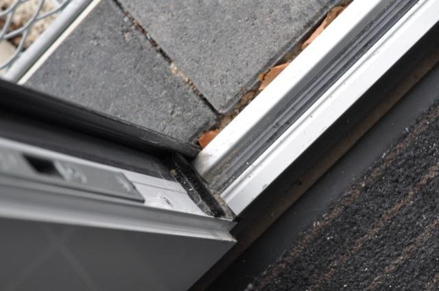 Regelmäßig den Rahmen der Haustür auf Verzug prüfen