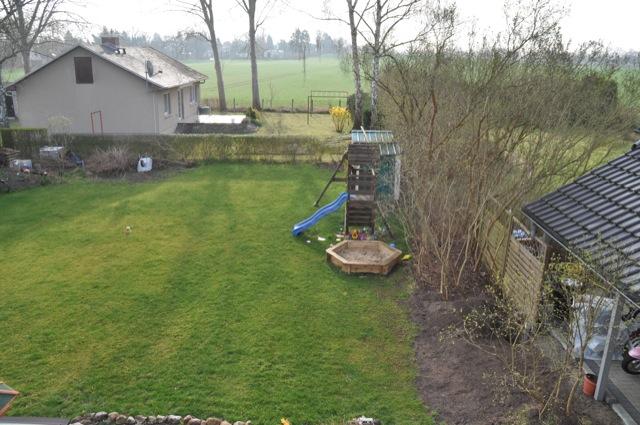 Rasen im Frühling - Schön grün dank Dünger im Herbst