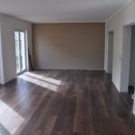 Verlegung von Click-Laminat Nussbaum im Wohnzimmer beim Hausbau