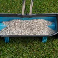 Rasen düngen: Handstreuer vs. Streuwagen im Vergleich