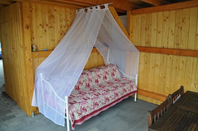 Das günstige Gartenbett steht unter der Terrassenüberdachung
