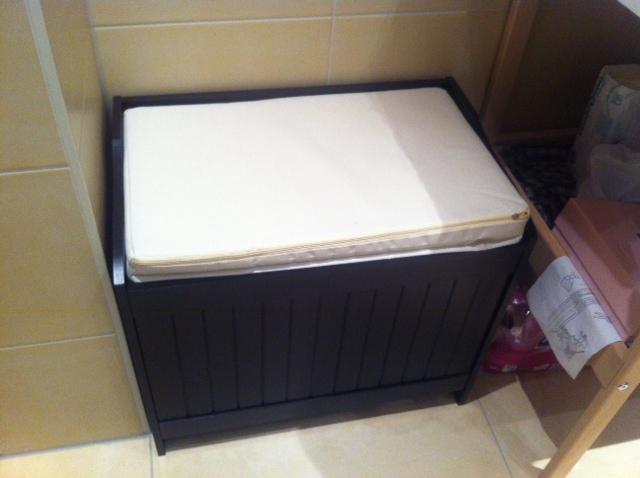 Hocker - Sitzmöglichkeit und Stauraum im Badezimmer