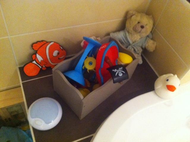 Kinderspielzeug für Wasser und Badewanne - gesammelt in der Kiste
