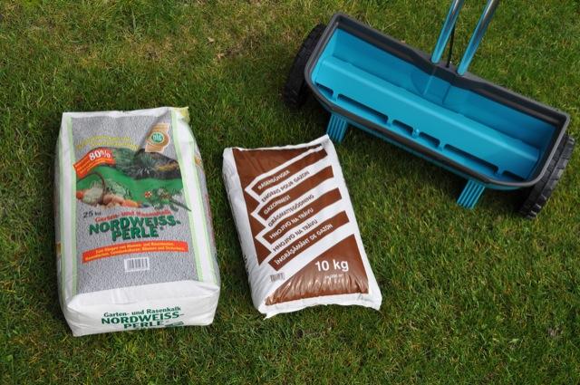 Rasen düngen im Frühjahr - Kalk und Langzeit-Rasendünger