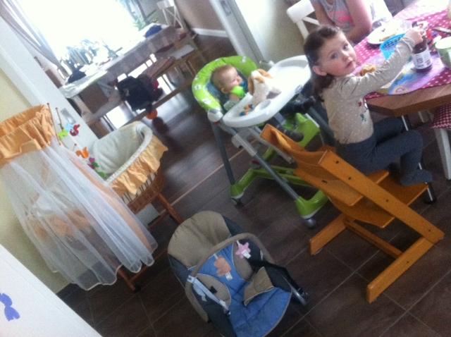 Was man so braucht: Stubenwagen, Kindersitz, Kinderstuhl und Babywippe