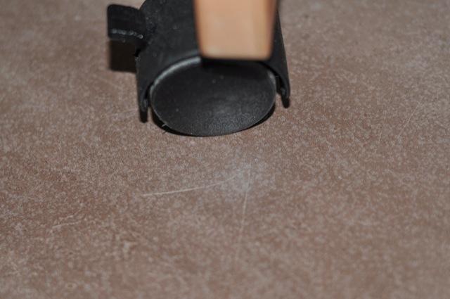 Stubenwagen auf Rollen bringt Kratzer in die Fussboden-Fliesen