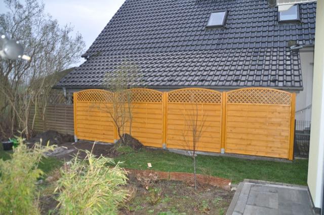 Er steht - Sichtschutzzaun aus hellem Holz (Pinie)