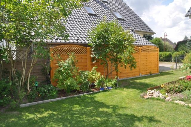 Im Sommer: So sieht der Zaun zum Nachbarn aus