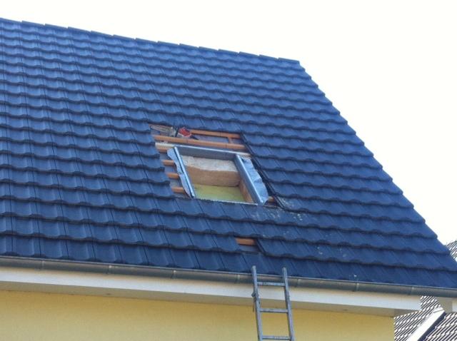 Satteldach - Dachdecker fängt an zu arbeiten
