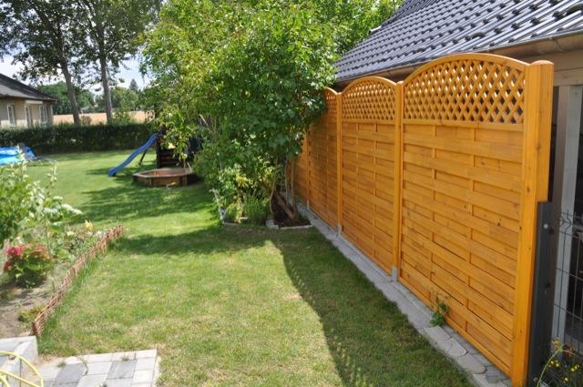 Ergebnis: Sichtschutzzaun bzw. Sichtschutzwand aus Holz (Pinie)