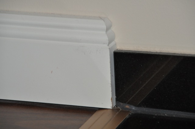 weisse sockelleisten im landhaus stil auf dunklem laminat verlegen hausbau blog. Black Bedroom Furniture Sets. Home Design Ideas
