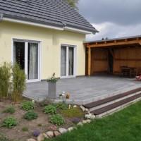 Garten-Terrasse aus Betonplatten mit Hochdruckreiniger reinigen