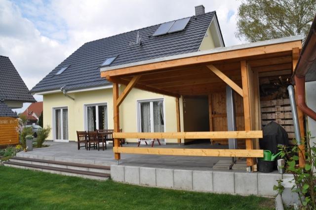 Terrassengestaltung: Terrassenüberdachung mit Schuppen und Stellfläche
