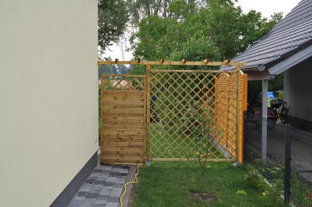 Sichtschutzzaun: Rosengitter mit Gartentor als Probe