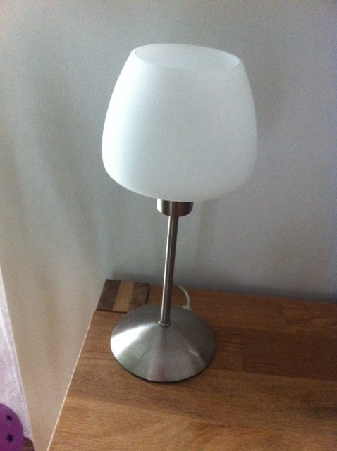 Klassische Tischlampe mit weissem Lampenschirm-weiss