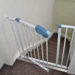 Befestigung des Treppenschutz-Gitter am Treppenpfosten und Wand