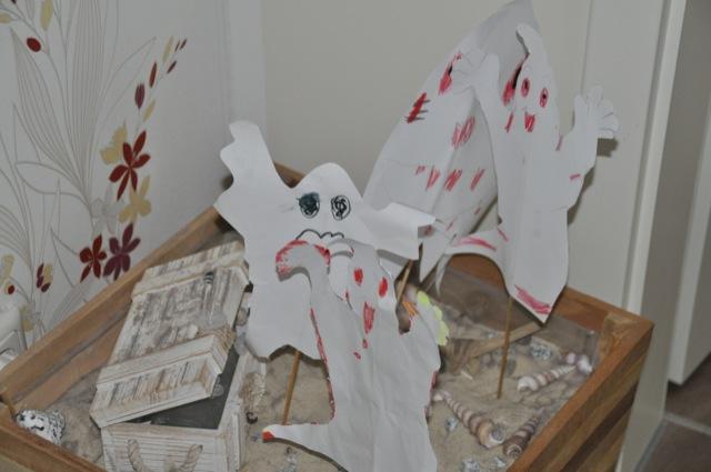Halloween-Dekoration: Gebastelte Gespenster aus Papier
