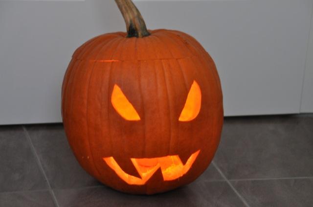 Halloween: Kürbis-Gesicht vorm Hauseingang