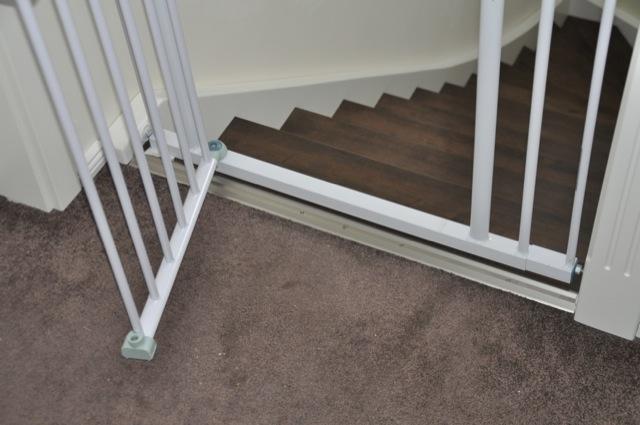 Stufe zum Stolpern am Treppen-Schutzgitter