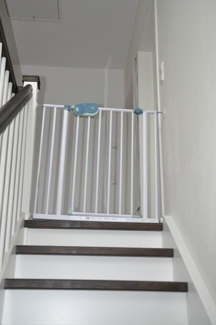 Montage des Treppengitter an der Wangentreppe