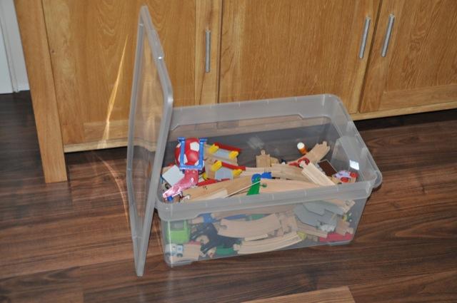 Aufbewahrung des Spielzeug in der Spielzeugbox