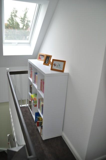 Treppenaufgang: Bücherregal neben der Treppe