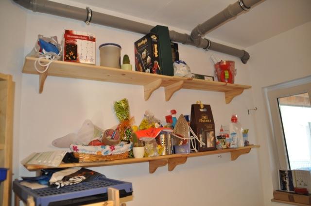 Stauraum und Regal aus Holz im Hauswirtschaftsraum