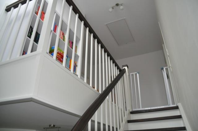 Der Treppenaufgang: Eine Seite Wand, eine Seite Überstand mit Regal