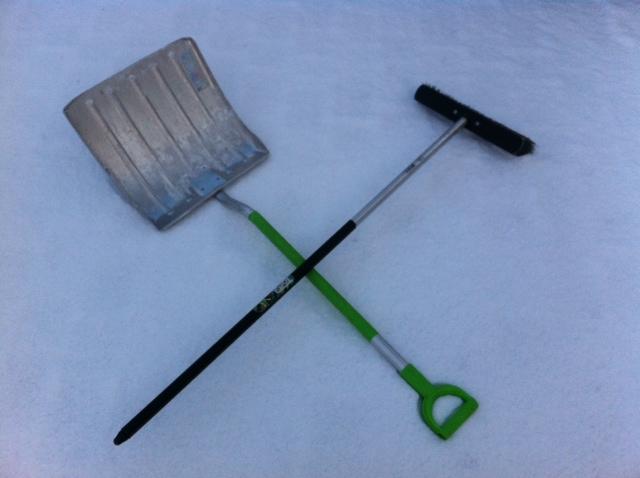 Ausstattung fürs Schnee schieben vorm Haus auf dem Gehweg und Bürgersteig
