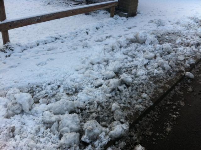 Eis & Schnee auf dem Bürgersteig vorm Haus