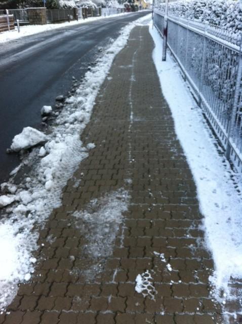 Schön eisfrei: Privater Winterdienst hat beim Nachbarn vorm Haus Schnee geräumt