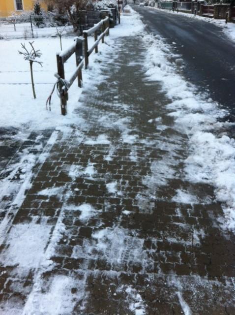 Schnee vorm Haus auf dem Gehweg beseitigen