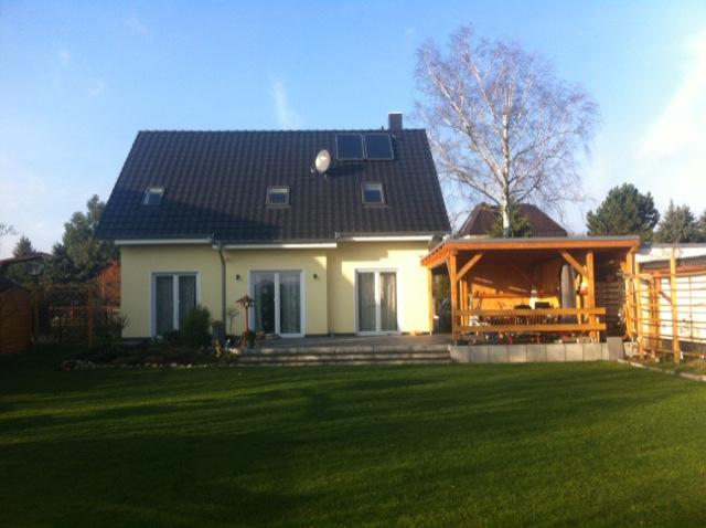Einfamilienhaus und Garten mit viel Sonne im Winter