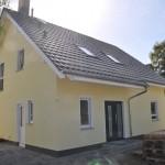 Fensterfaschen in weiss & Wandfarbe in gelb - Aussenansicht vom Einfamilienhaus