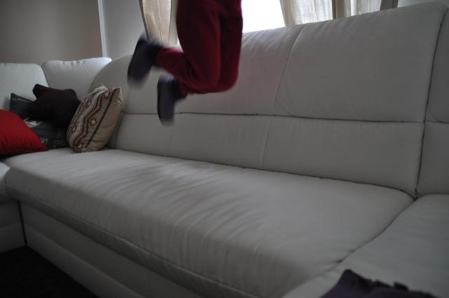 Kinder spielen gerne auf der hellen Couch
