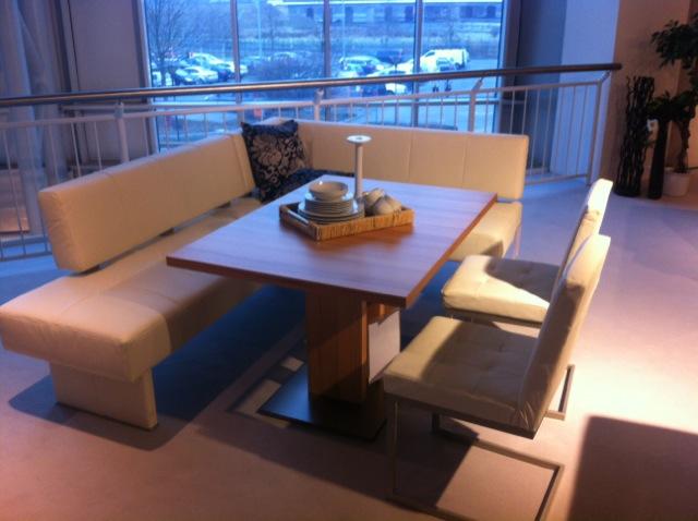 Neuer Tisch mit cooler Sitzecke