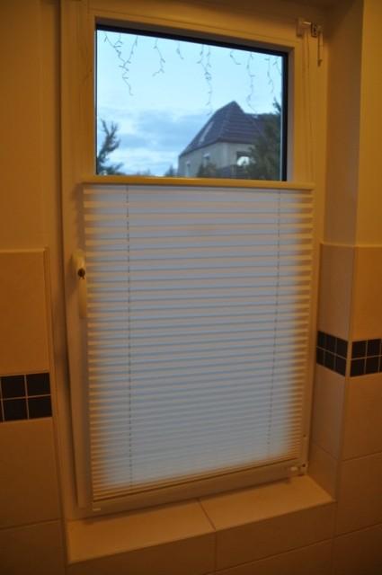 Plissee als Blickschutz in der Gäste-Toilette