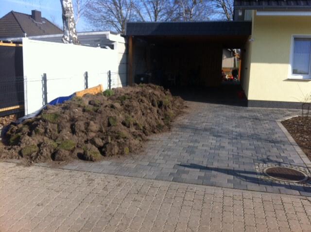Aushub der Erde für die Terrasse wartet auf Abtransport