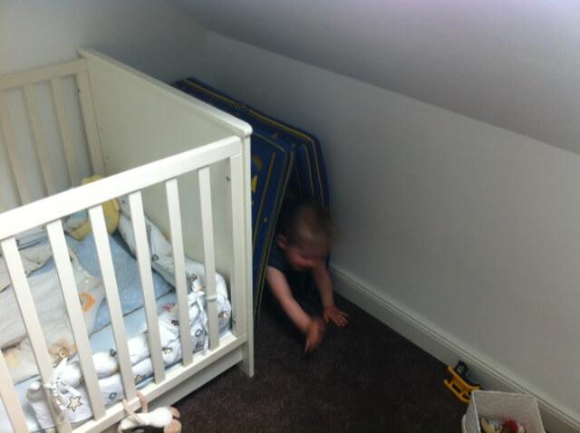 Prima Versteck in der Ecke fürs Kleinkind
