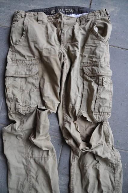 Arbeitshose aus Stoff für den Garten - Knie sind kaputt gerissen