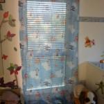 Bodentiefe Fenster im Kinderzimmer abdunkeln - mit Vorhang & Rolladen