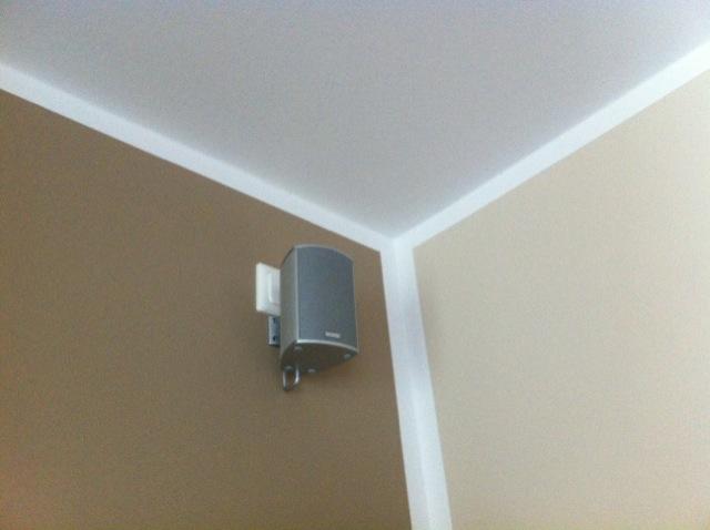 Magnat Wandboxen - kleine Satelliten hängen an der Wand (ohne sichtbare Kabel)